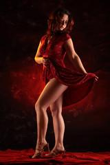 Frau tanzt schwungvoll und zeigt Beine