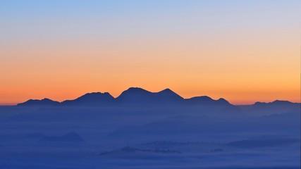Siluetas de color al amanecer.
