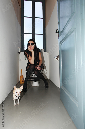 Donna seduta sul wc immagini e fotografie royalty free for Wc immagini