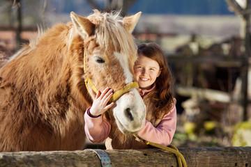 glückliches mädchen mit seinem pferd