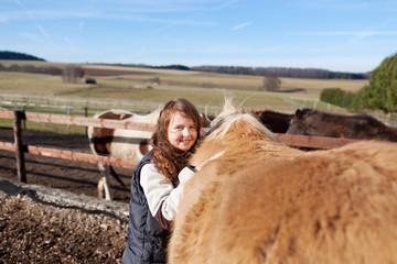 junges mädchen mit pferd