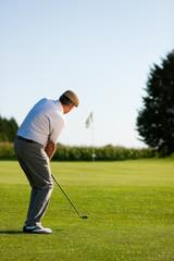 Älterer Golfspieler im Sommer