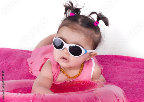 b b de 6 mois et lunettes de soleil photo libre de droits sur la banque d 39 images. Black Bedroom Furniture Sets. Home Design Ideas