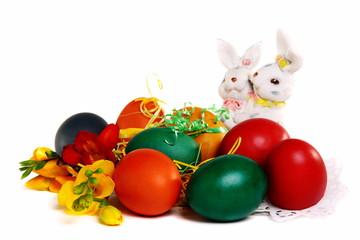 Пасхальные яйца и Пасхальные кролики на белом фоне.