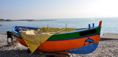 barque de pêcheur au bord de la méditerranée