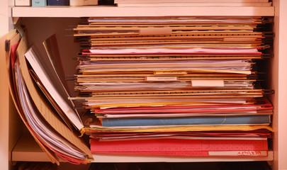 Ordnerstapel mit Dokument für Hängeregistratur