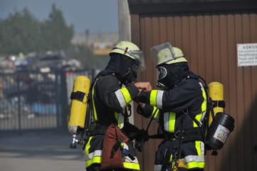 Feuererhrmann legt Atemschutz an