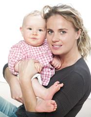 regard de maman avec bébé dans les bras