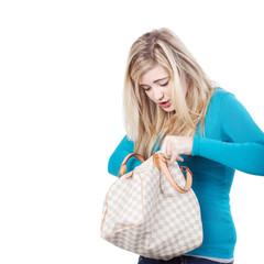 mädchen sucht etwas in ihrer handtasche