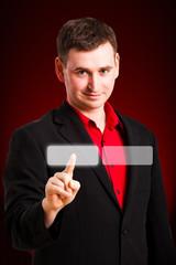 ein Mann drückt virtuellen Knopf