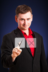 ein Mann drückt virtuellen OK-Knopf