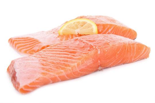 saumon frais sur fond blanc