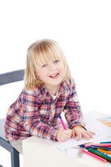 kleines mädchen malt ein mandala