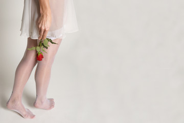 Frau im Negligé mit Rose