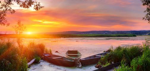 Zomer landschap aan de rivier. Zonsondergang