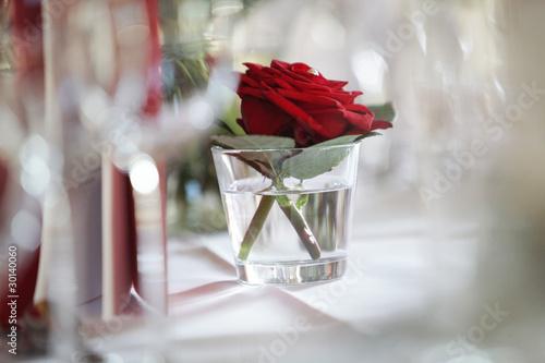 Tischdekoration Bei Einer Hochzeitsfeier Rote Rosen Stock Photo And
