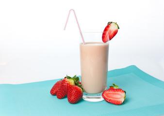 Fotobehang Milkshake Trinkjoghurt Erdbeere , Erdbeershake im Glas und Erdbeeren