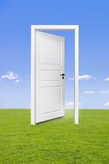 Weiße Tür in Landschaft