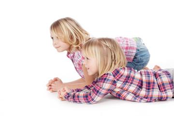 zwei kinder schauen