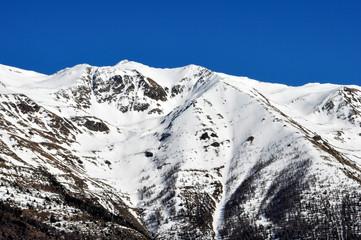 montagne enneigée station de ski ciel bleu