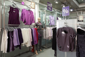 В помещении магазина одежды.