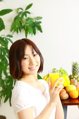 Woman drinks juice/ジュースを飲む女性