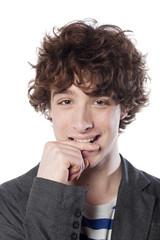 jeune homme à la coiffure tendance