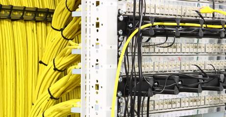 EDV-Raum mit gelben Kabel und Anschlüssen