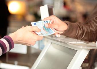 Bezahlen an der Supermarktkasse - fototapety na wymiar