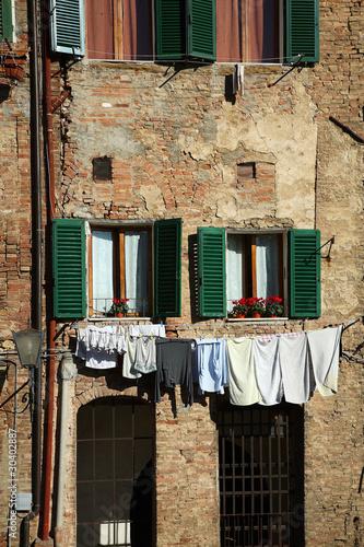 Siena, facciate di case in Piazza del Mercato Stock photo and ...