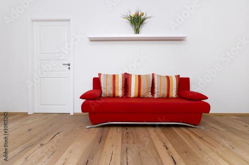 Rote Couch Mit Bunten Kissen Stockfotos Und Lizenzfreie Bilder Auf