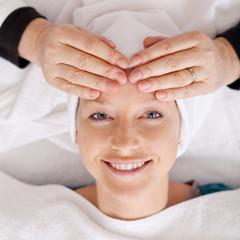 lächelnde frau bei der kosmetikerin