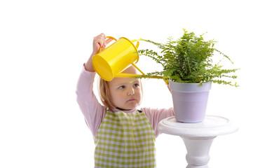 jardinage: petite fille donnant de l'eau au plantes