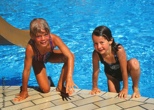 Maedchen im Schwimmbad Stockfotos und lizenzfreie Bilder