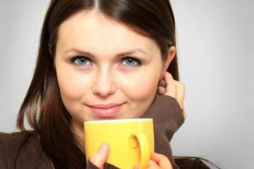 Junge Frau mit Tasse