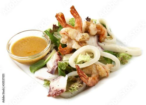 Салат из креветок крабового мяса и кальмаров