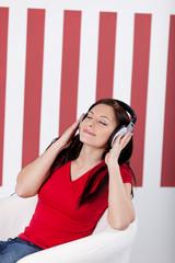junge frau hört musik mit kopfhörer