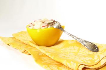 Blumenkohlsalat mit Radieschen in gelber Schale / Cauliflower sa