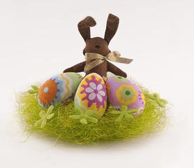 пасхальные яйца в гнезде и зайчик
