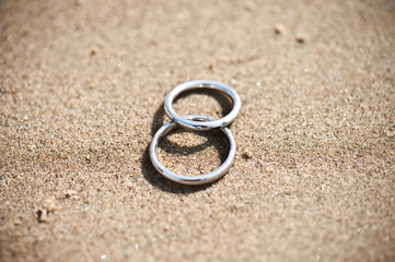 Wedding rings in de sand on the beach