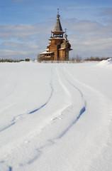 Деревянная церковь в поле