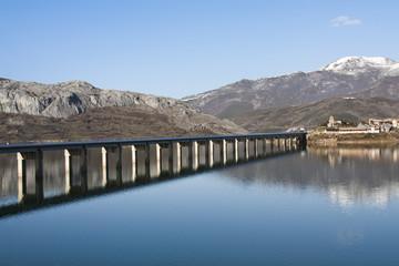 Puente sobre el Embalse de Riaño