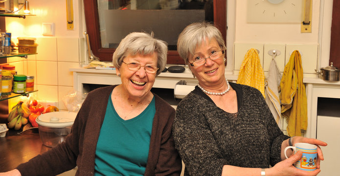 Zwei lachende Seniorinnen 2
