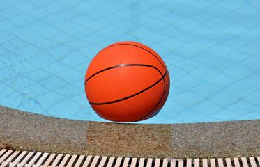 Мяч для баскетбола в бассейне