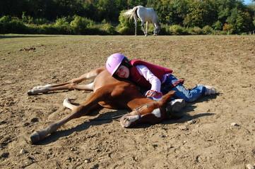 poulain couché avec petite fille