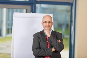 kaufmann präsentiert am flipchart