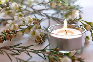 Kerze und Blüten