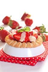 kleines Törtchen mit Erdbeere