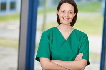 krankenschwester im grünen kittel