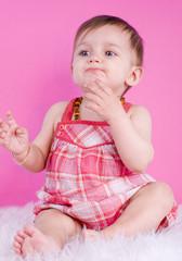 attitude d'un bébé de 8 mois
